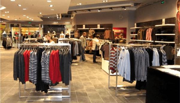 Магазины в Польше засыпают покупателей акциями.