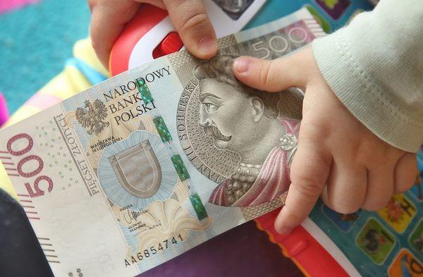 Выплата пособия родителям детей до 8 лет продлена