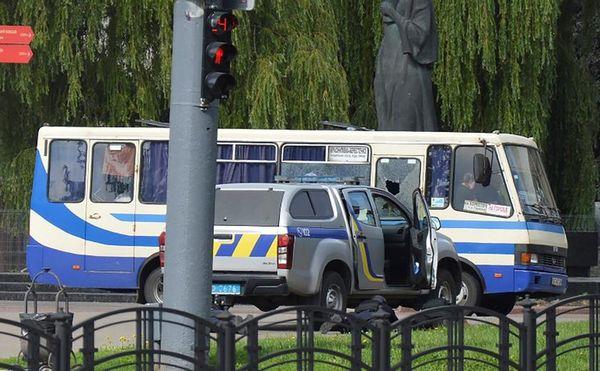Террорист-одиночка захватил автобус с заложниками в центре Луцка