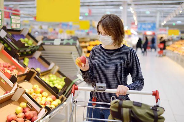 Никто не войдет в магазин и ресторан в Польше без масок