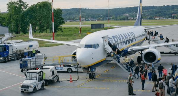 Пассажиры опоздали на самолет и пытались его догнать