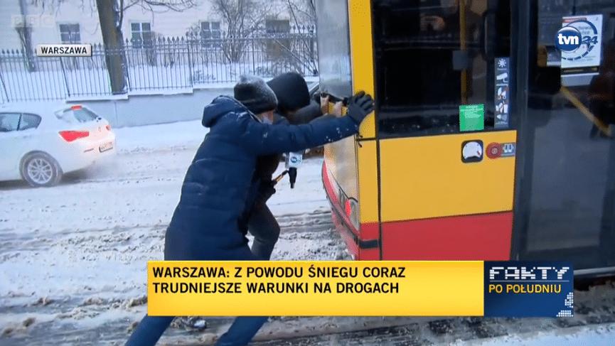 В Варшаве наградили мигранта из Беларуси, который вытолкал автобус из снега