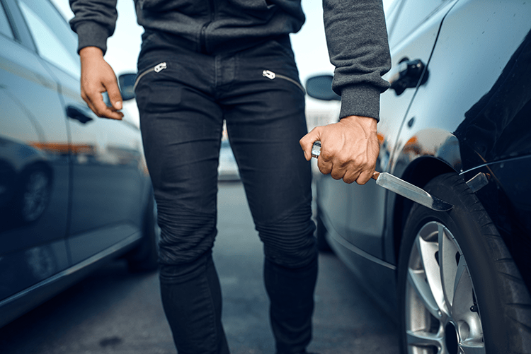 Двое граждан Украины в Польше среди ночи наносили удары по припаркованным автомобилям