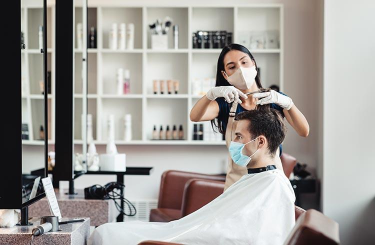 В Польше после локдауну частично открылись начальные школы и парикмахерские