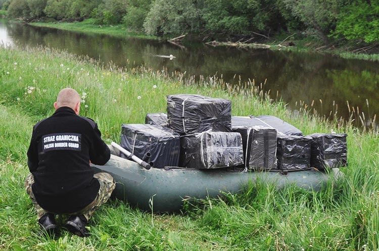 Брошенная лодка и контрабандные сигареты в ней плавали по реке Буг