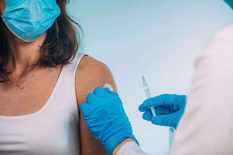 Польша начинает ковид-вакцинацию молодых людей