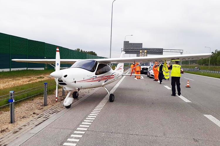 Аварийная посадка самолета на автостраде в Польше