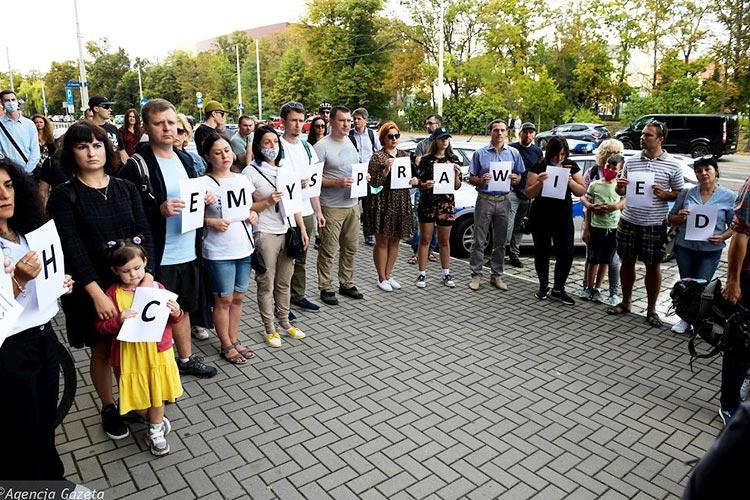 Украинцы во Вроцлаве пикетировали управление полиции по делу смерти Никифоренко