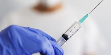Польша в ближайшие недели готовится прививать всех взрослых бустерной дозой вакцины от коронавируса.
